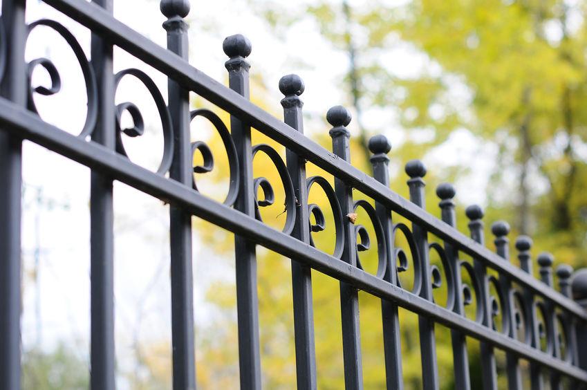 Tudja biztonságban nyaralóját a távollétében is, forduljon hozzánk kerítés készítésért!